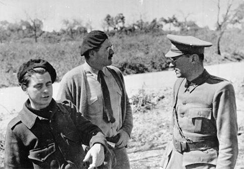 Während des spanischen Freiheitskampfes weilten Joris Ivens, holländischer Filmregisseur (links) und Ernest Hemingway, nordamerikanischer Schriftsteller (Mitte) bei den Internationalen Brigaden. Copyright by Bundesarchiv