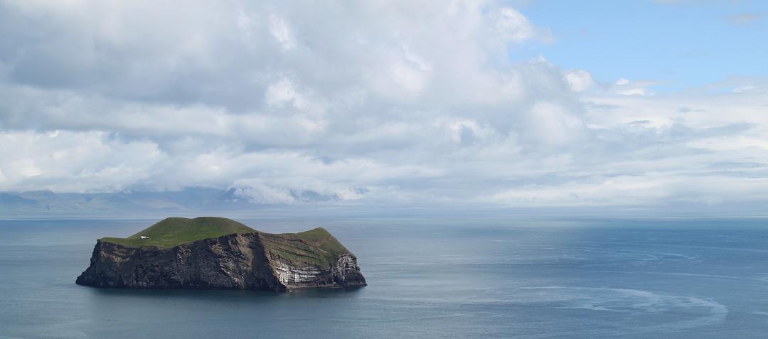 Eine Insel der Heimaey Inseln bei Island