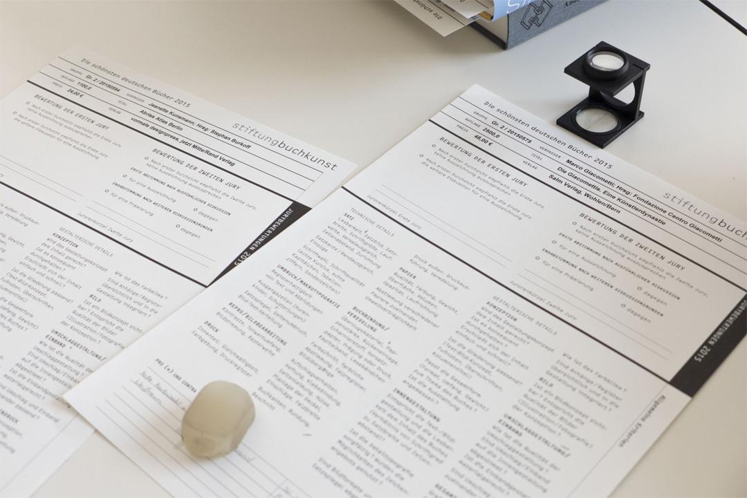 Bogen mit technischen und buchgestalterischen Kriterien (Copyright Foto: Nina Faulhaber)