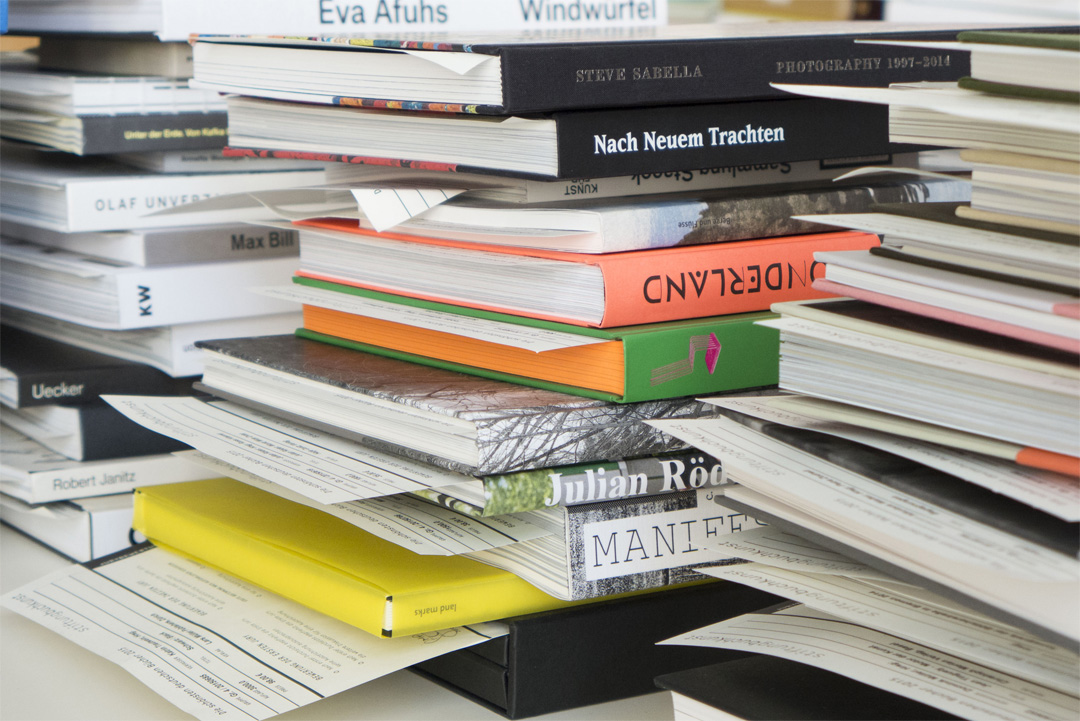 Ein Stapel von betrachteten Büchern (Copyright Foto: Nina Faulhaber)