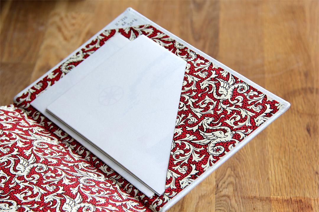 Die zwei Karten sind sorgsam in einem kleinen Fach am Ende des Buches verstaut.